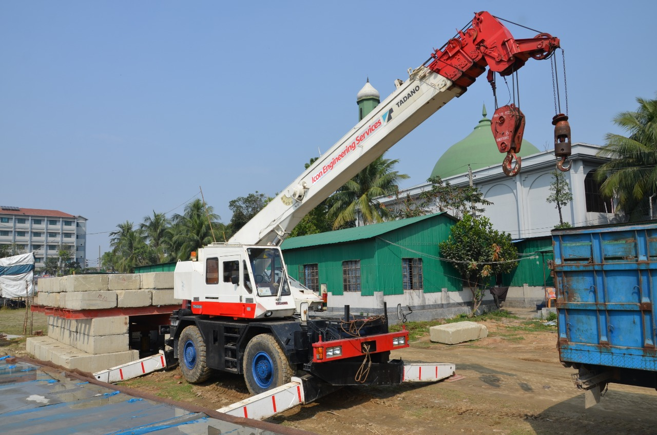 Rough Terrain Crane. (2)